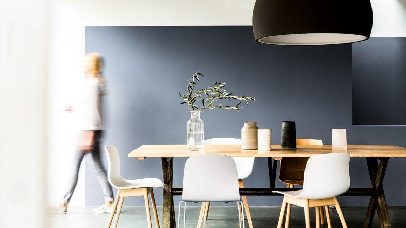 Với màu theo tông cổ địa và các vật dựng xen kẽ cũ mới, tạo điểm nhấn cho gian phòng ăn của bạn
