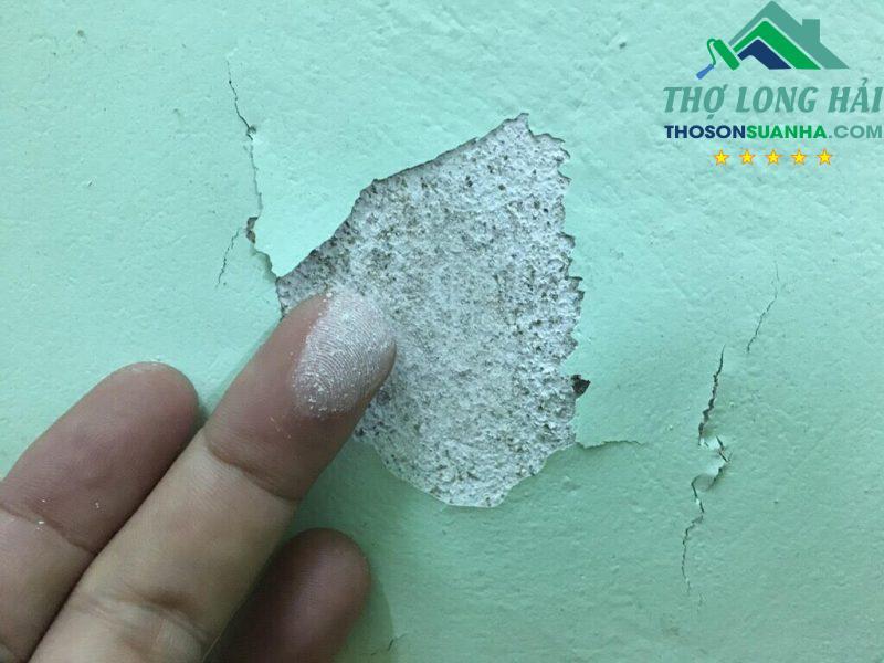 Các bột phấn rã ra dẫn đến hiện tượng các mảng sơn cũng tróc theo là do vệ sinh bề mặt chưa kĩ