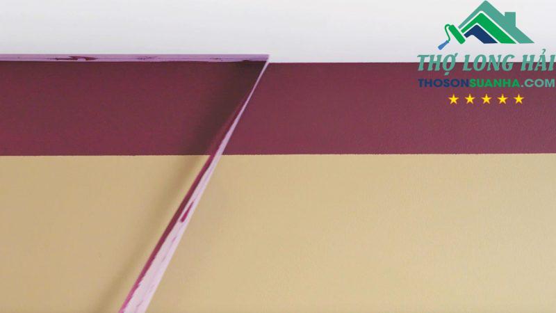 Nhẹ nhàng bóc lớp băng dính và đảm bảo là khi sơn đã khô để tránh bị lem.