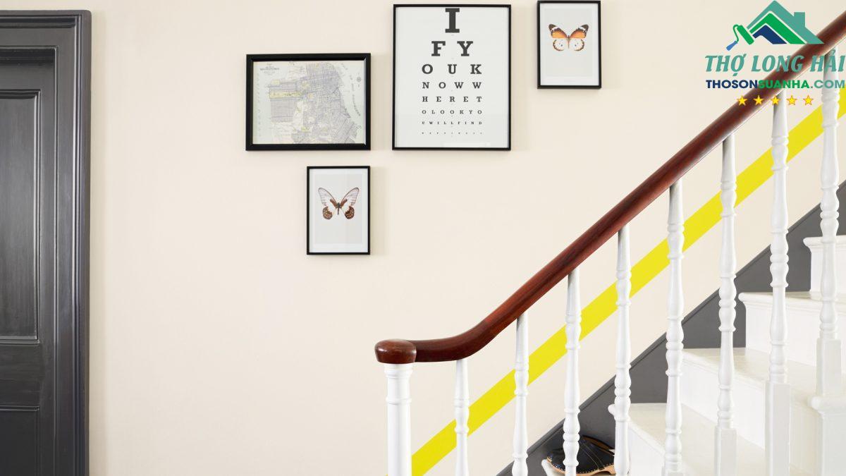 Bạn có thể kết hợp cùng các tranh treo tường để tăng sự tươi mới và trẻ trung