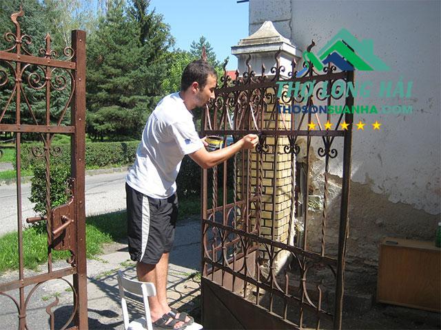 Trước khi sơn hãy đảm bảo bề mặt cửa sắt luôn đảm bảo được các tiêu chí