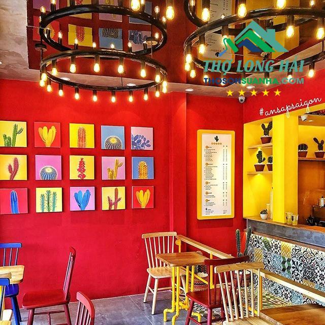Phối màu đỏ và vàng cho những quán ăn nhanh là rất phù hợp.
