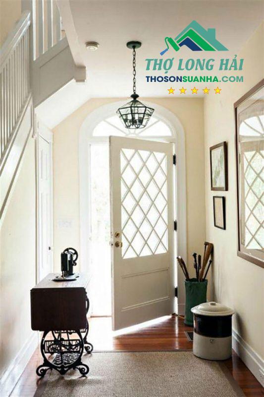 Sử dụng màu trắng tinh khôi thuần khiết cho cánh cửa gỗ. Tạo nên cảm giác sạch sẽ, tao nhã và tinh tế cho vẻ đẹp ngôi nhà