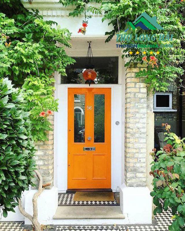 Cánh cửa thu hút sự chú ý với màu cam đất nổi bật.