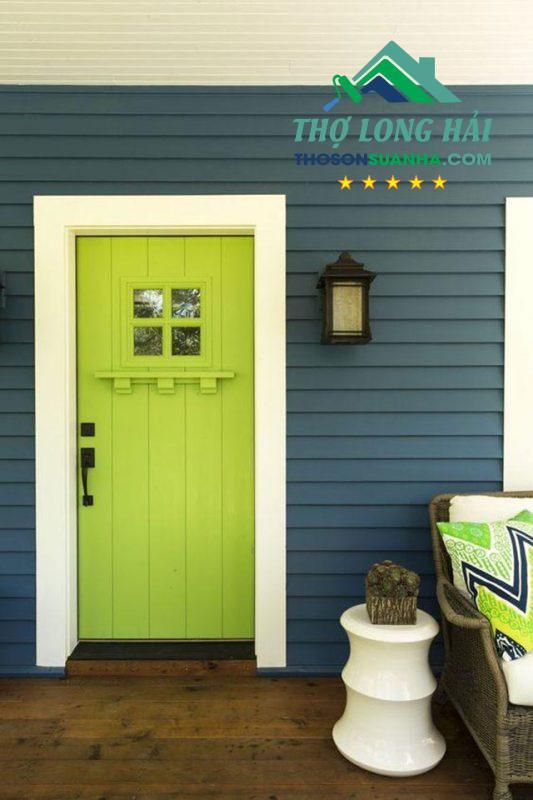 Sử dụng màu xanh nõn chuối một cách độc đáo cho cánh cửa gỗ. Tạo nên một không gian mới mẻ và tươi mới tràn đầy sức sống