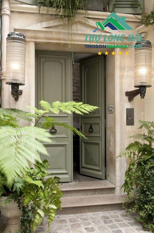 Hoài cổ, và có nét hiện đại, gần gũi với thiên nhiên với cánh cửa xanh lá trung tính cùng các cây cỏ bên canh