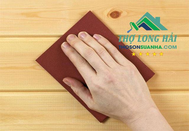 Trà nhám nhẹ nhàng để tạo độ mịn và bám dính cho bề mặt.