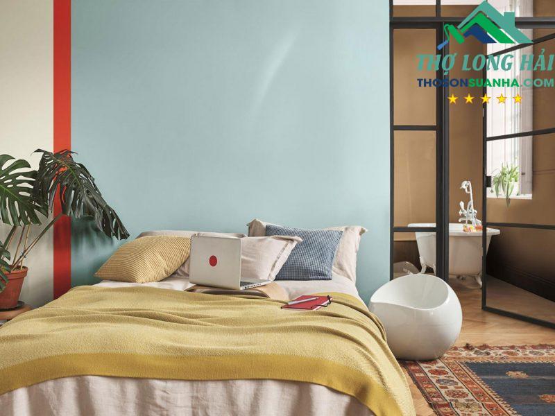 Màu nâu mật nồng kết hợp cùng tông màu mạnh mẽ tươi sáng tạo nên không gian nặng lượng và tươi mới