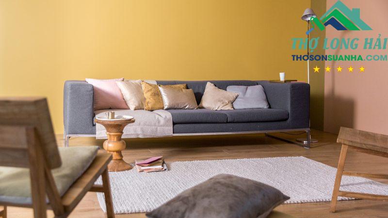 Bạn có thể chọn không gian này cho phòng khách. Kết hợp cùng với những chiếc gối ôm xám mềm mại, thảm chân, đồ gốm, sứ, gỗ,...