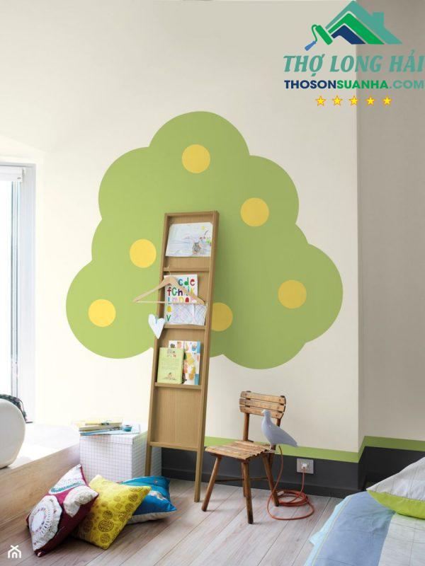 Với một họa tiết tán cây trên tường và kệ sách được biến hóa thành thân cây một cách sáng tạo, độc đáo.